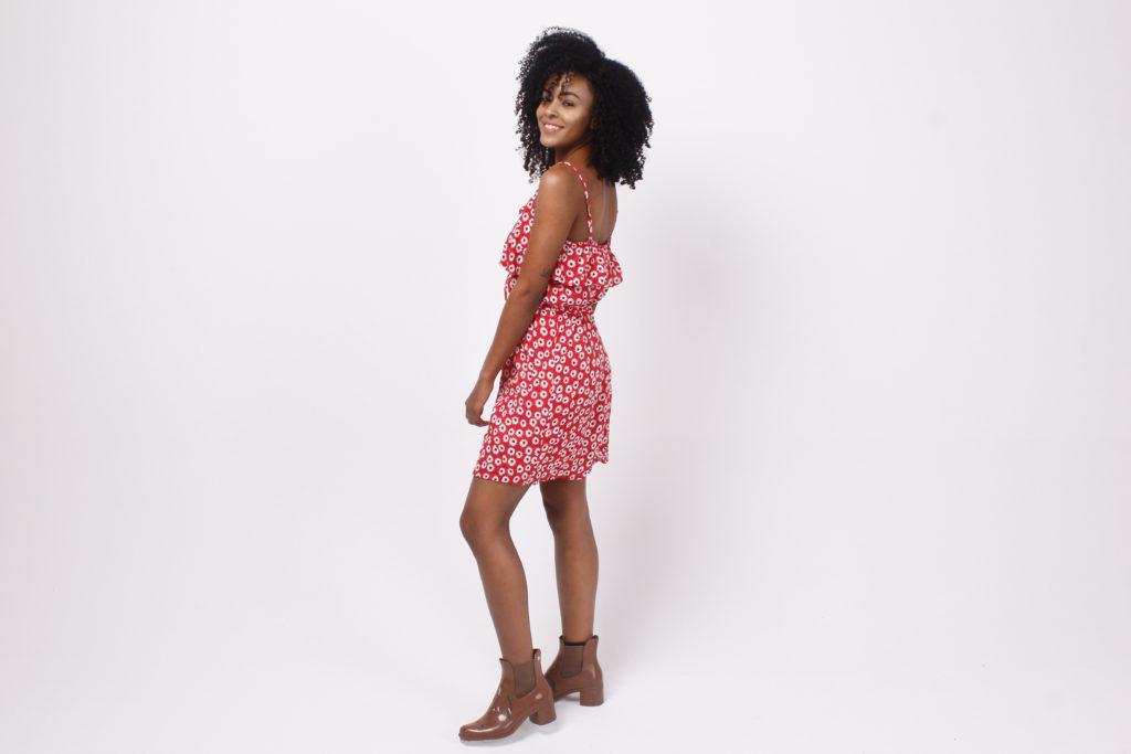 Imagem de estudio, menina usando vestido curto floral na cor vermelha
